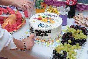 עוגה ופירות שהוגשו בפתיחה